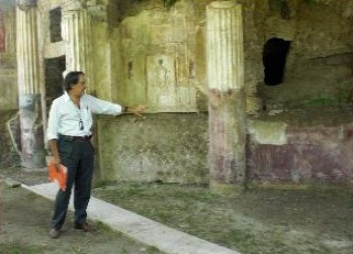 Professor Thomas Howe gives a tour of the ruins at Stabiae to a group of Southwestern alumni in 2011.
