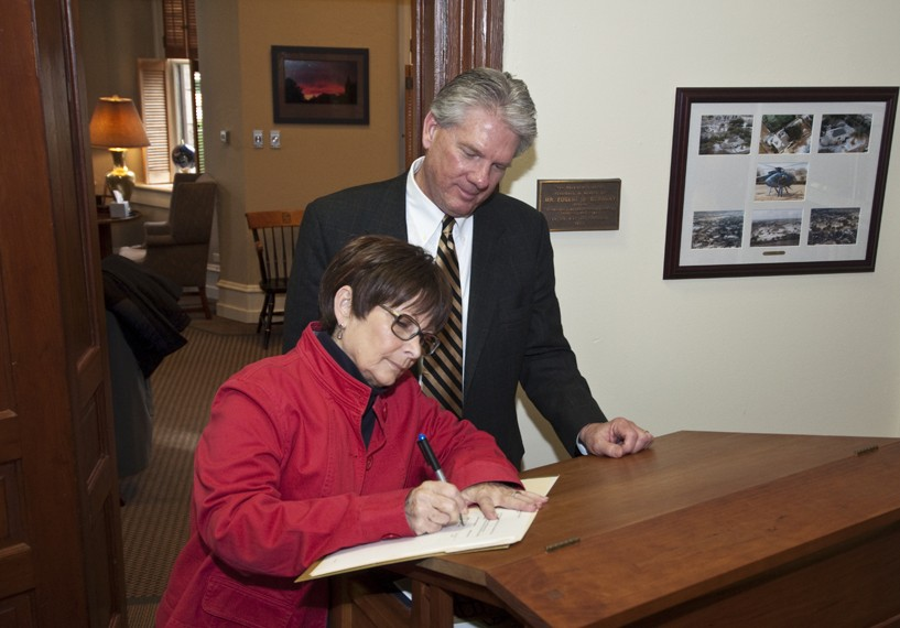 President Schrum and Mary Kay Pierson from Senior University sign the new partnership agreement. (Photo by Carlos Barron)